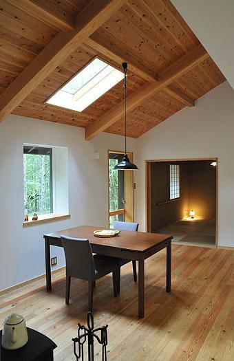 カラマツの森の中の家の写真 リビングから和室を見る