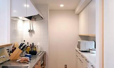 特注の製作キッチンと食器棚|カラマツの森の中の家