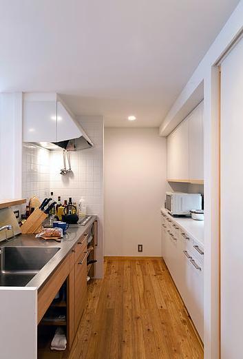 カラマツの森の中の家の写真 特注の製作キッチンと食器棚