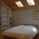 カラマツの森の中の家の写真 寝室