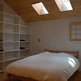 カラマツの森の中の家 (寝室)