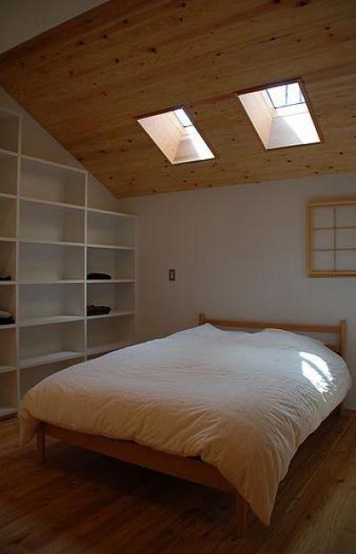 寝室 (カラマツの森の中の家)