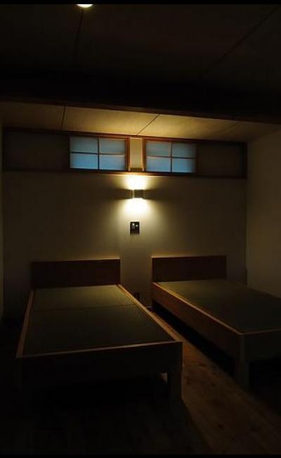 半地下にあるゲストルーム (カラマツの森の中の家)