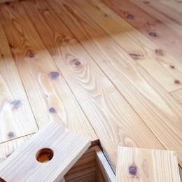 カラマツの床板の床下コンセント