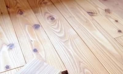カラマツの床板の床下コンセント|倭の家