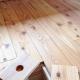 カラマツの床板の床下コンセント (倭の家)