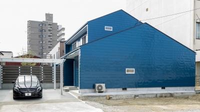 印象的なブルーの外壁 (ひとつながりの家)