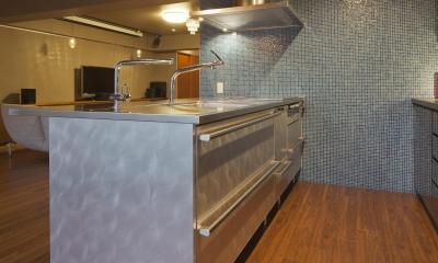 海外セレブのクローゼット (キッチンの壁面にブルーのガラスタイル)