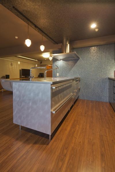 キッチンの壁面にブルーのガラスタイル (海外セレブのクローゼット)