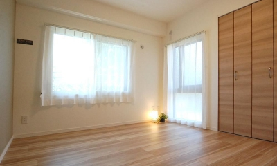 明るい陽射しの入るキッチン (洋室1)