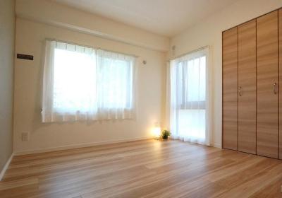 洋室1 (明るい陽射しの入るキッチン)