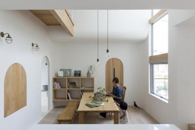 大津の家  ダイニング (やわらかな光を取り入れるアール開口のある家(大津の家))