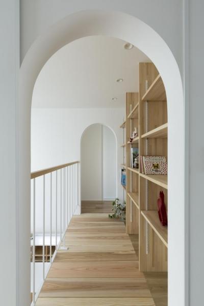 大津の家 廊下 本棚 (やわらかな光を取り入れるアール開口のある家(大津の家))