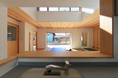 南鷹尾町の家~陽だまりの家~ (キッチンからリビングを見る)