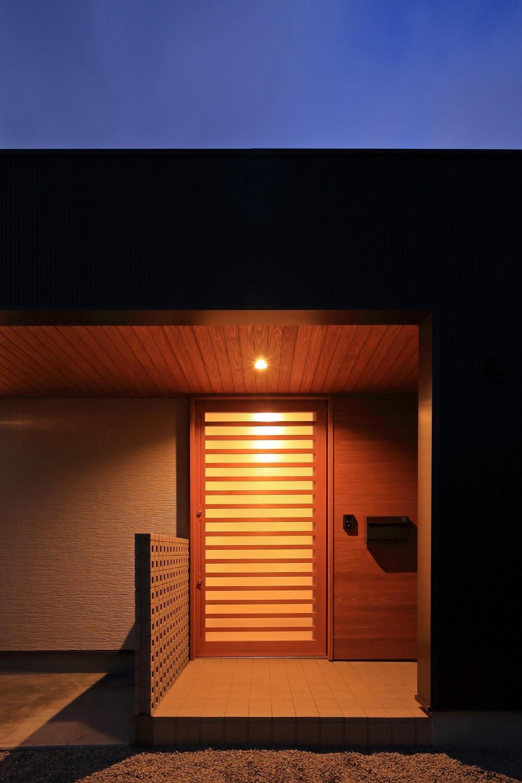 南鷹尾町の家~陽だまりの家~ (外観(夕景))