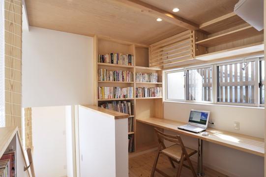 らせんに広がるイエの写真 造作棚、造作デスクのある書斎