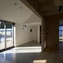 方形の庵の写真 リビングから玄関土間を眺める
