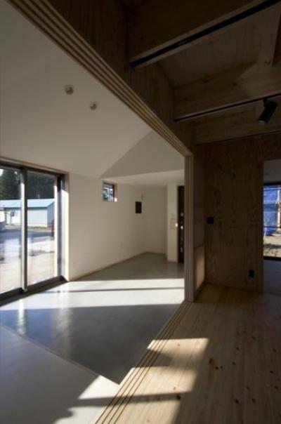 方形の庵 (リビングから玄関土間を眺める)