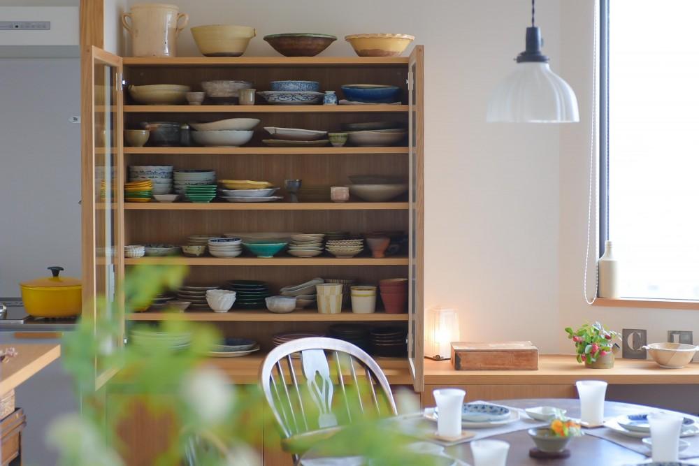 ギャラリーのようなAさんの家 (大好きな食器が詰まった造作の食器棚)