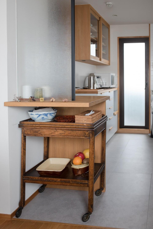 ギャラリーのようなAさんの家 (アンティークワゴンを仕舞える造作の配膳スペース)