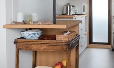 アンティークワゴンを仕舞える造作の配膳スペース ギャラリーのようなAさんの家