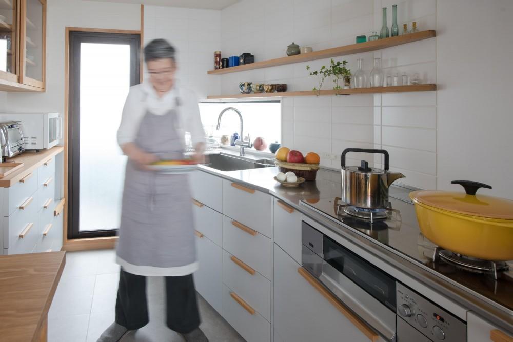 ギャラリーのようなAさんの家 (木の取手がアクセントの造作キッチン)