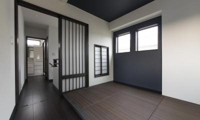 タタミ3畳の和室を見る|黒塗りの和モダン