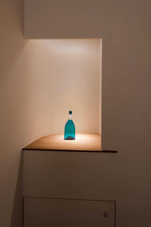 ギャラリーのようなAさんの家 (光が降りそそぐトイレの飾り棚)