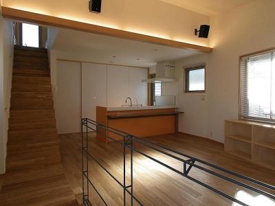 世田谷の家 (階段からキッチンを見る)