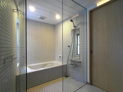 タイル張りの浴室 (世田谷の家)