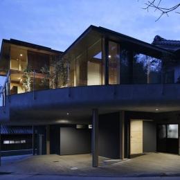 重ね屋根の家 (屋根の重なる自然あふれる半外部空間-ライトアップ)