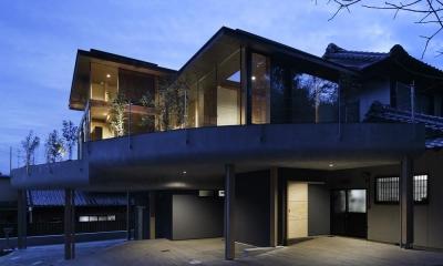 屋根の重なる自然あふれる半外部空間-ライトアップ|重ね屋根の家