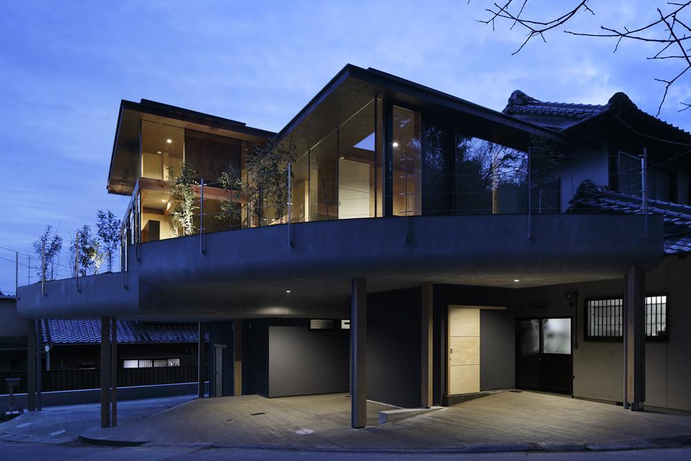 重ね屋根の家の部屋 屋根の重なる自然あふれる半外部空間-ライトアップ