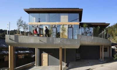 重ね屋根の家