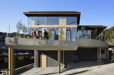 重ね屋根の家 (屋根の重なる自然あふれる半外部空間)
