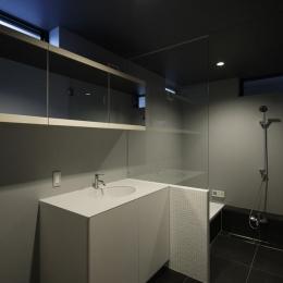 重ね屋根の家 (モダンな洗面室とバスルーム)