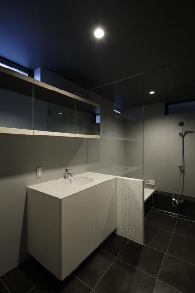 モダンな洗面室とバスルーム (重ね屋根の家)