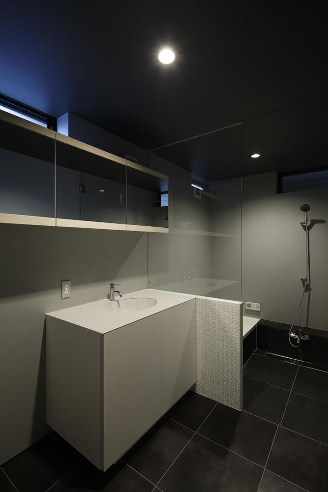 重ね屋根の家の部屋 モダンな洗面室とバスルーム