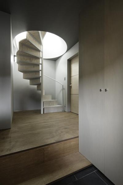 重ね屋根の家 (2階リビングに繋がる螺旋階段)