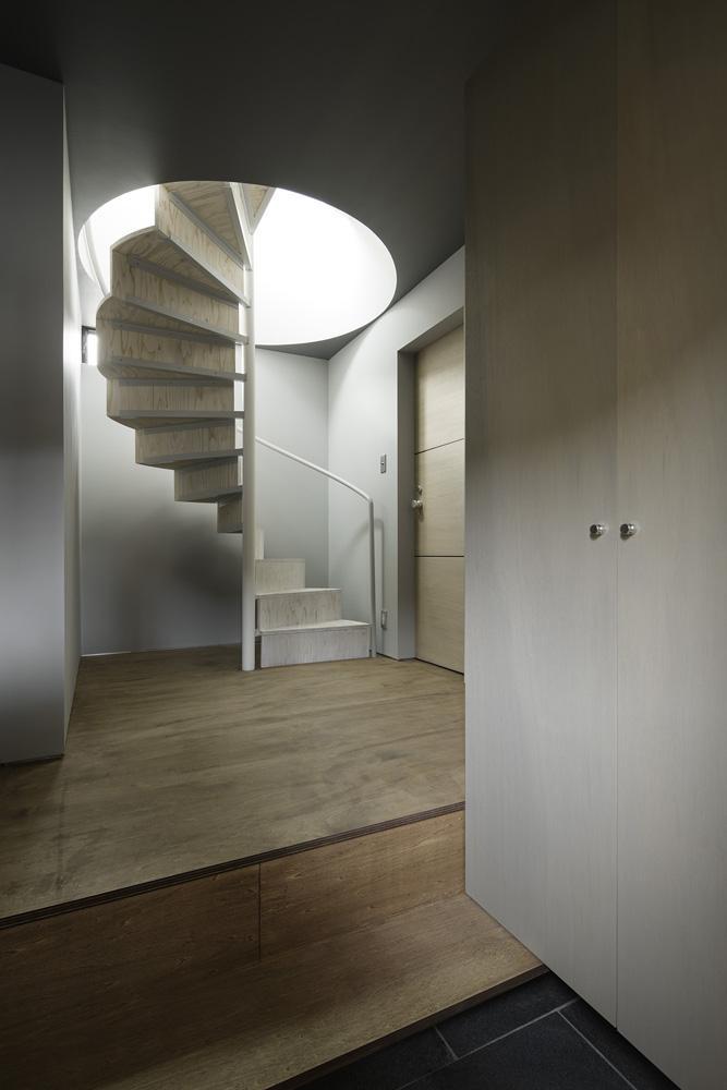 重ね屋根の家の部屋 2階リビングに繋がる螺旋階段