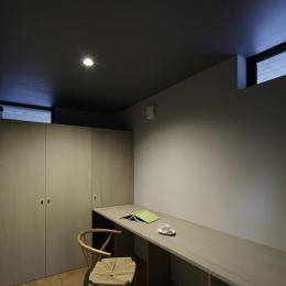 重ね屋根の家 (落ち着いた雰囲気の書斎)