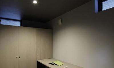 落ち着いた雰囲気の書斎|重ね屋根の家