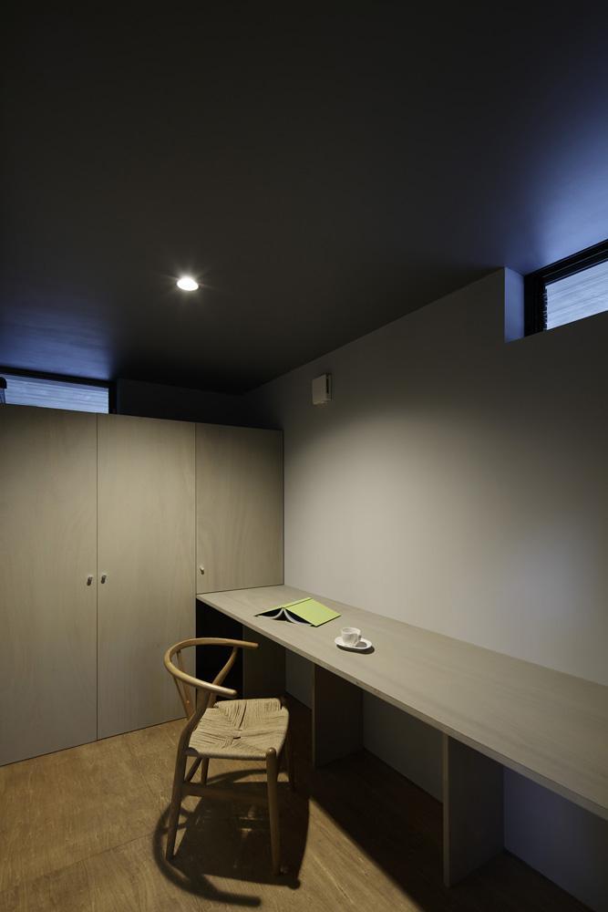 重ね屋根の家の部屋 落ち着いた雰囲気の書斎