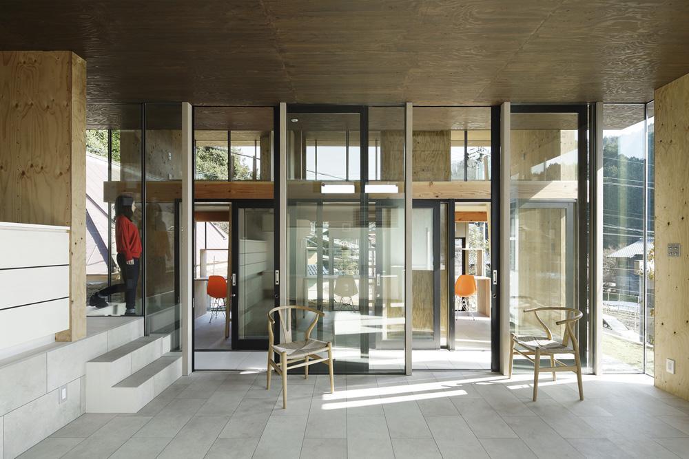 重ね屋根の家の部屋 住む人が自然に外部へ行ける空間