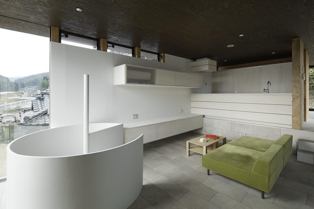 重ね屋根の家の部屋 開放的なリビング
