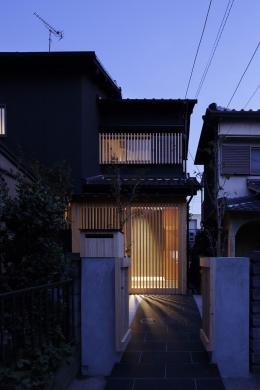 木籠 (木格子に包み込まれた外観-ライトアップ)