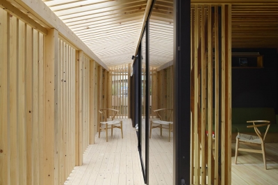 ルーバーにおおわれた半外部空間 (木籠)