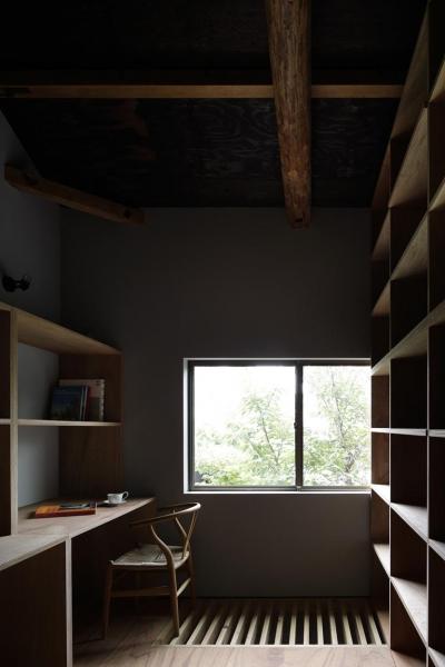 壁収納のある書斎 (木籠)