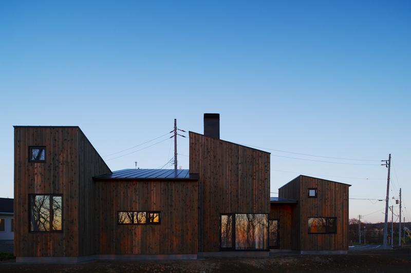 CNANの部屋 5つの片流れ屋根で構成された外観-夕景