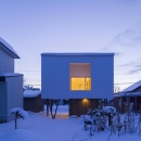 裏庭へつながる外部空間を持つ外観-夕景